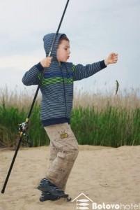 дети на отдыхе тоже рыбачят