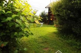 В саду много укромных уголков для отдыха