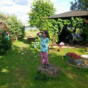 Ребенок отдыхает на Селигере в Ботово